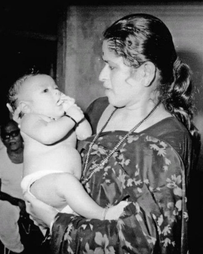 Sachin Tendulkar Celebrate mothers day with the childhood pic