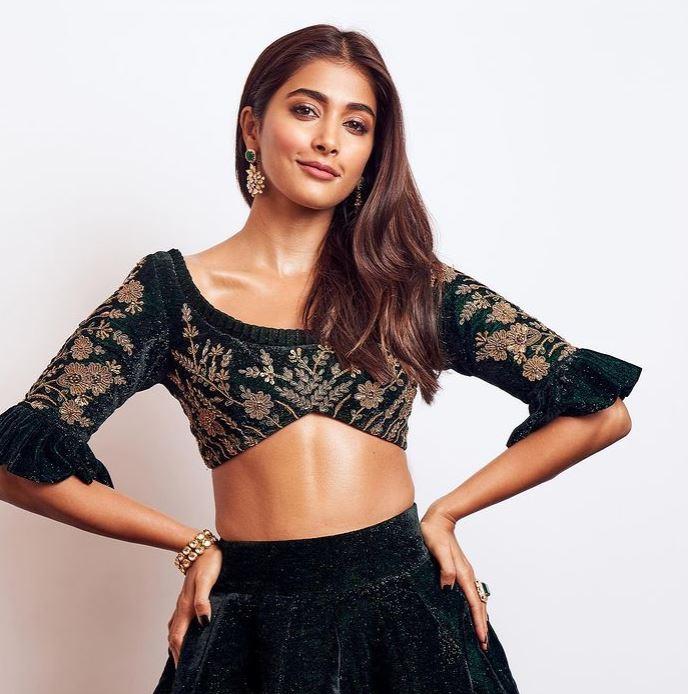 pooja hegde hot pic in black dress