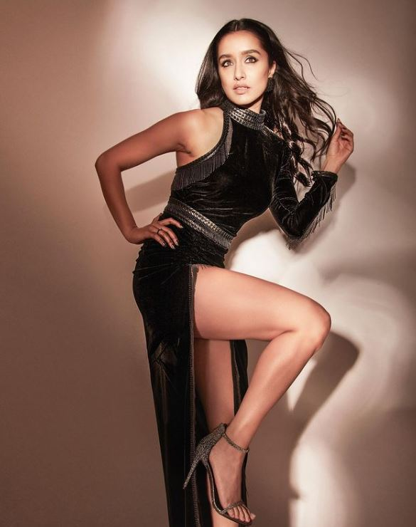 shraddha Kapoor flaunting her sexy legs